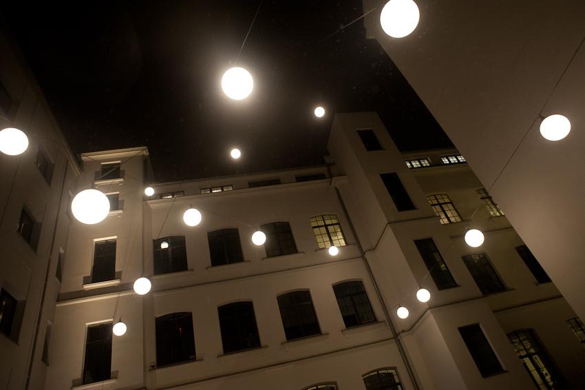 Oświetlenie Podwórka Lampami Wiszączymi Na Linkach Warszawa